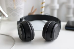 Black cordless headphones
